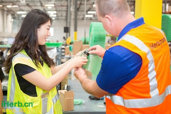 主播悦宁在Kitts先生的指导下现场体验进行玻璃瓶商品的独立保护包装.jpg.jpg